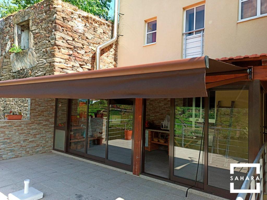 toldo-turpan-extensible-sahara-marron-patio-terraza-fachada-marron-sombra-proteccion-solar