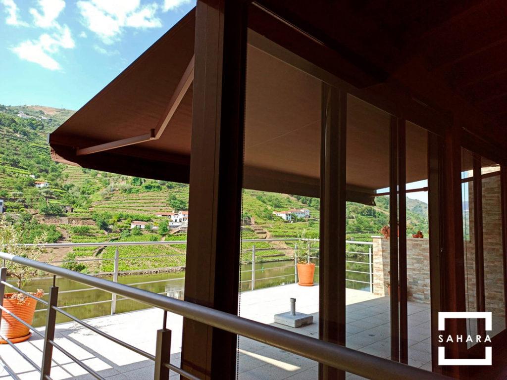 toldo-turpan-extensible-sahara-marron-terraza-sombra-proteccion-solar-rio-casa