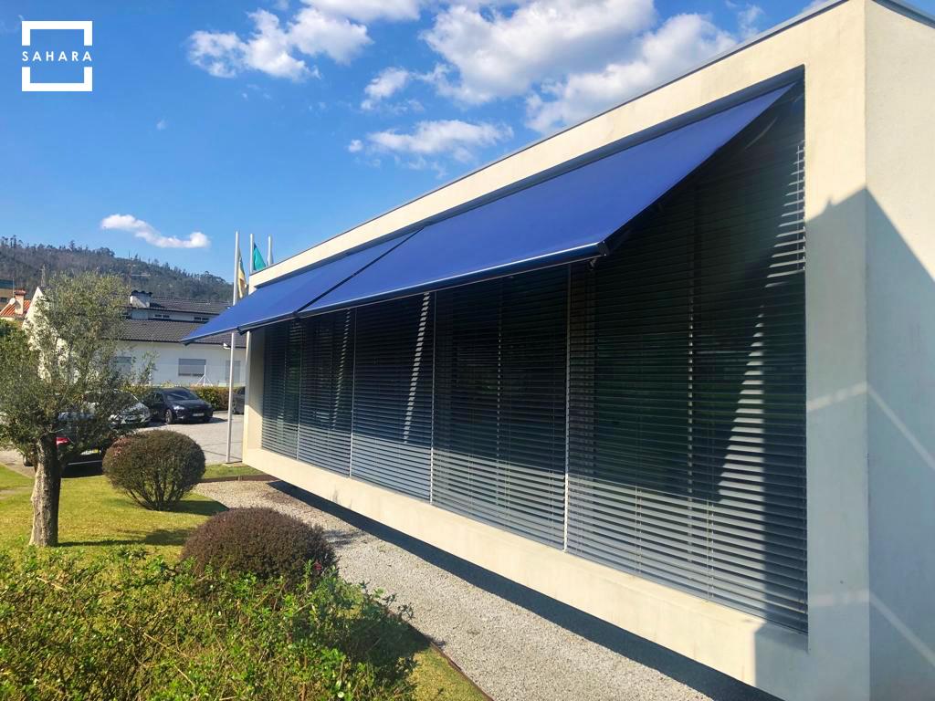 toldo-turpan-sahara-azul-fachada-pared-escaparate-sombra-ventana-jardin
